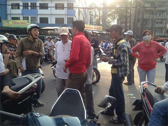 Một số hình ảnh về 'họp chợ' nhốn nháo trước cửa sân Thống Nhất.