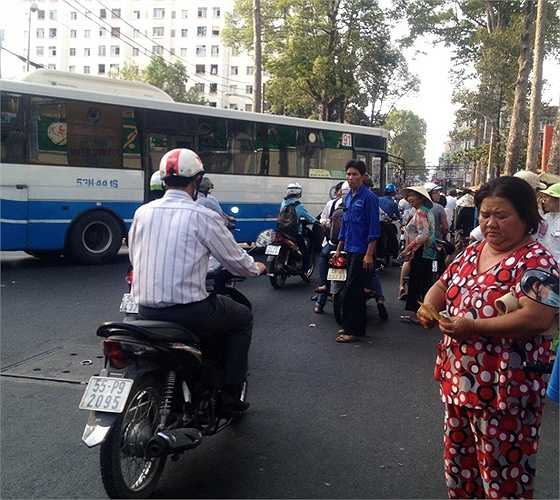 Chiếc xe buýt này đã phải phanh gấp để tránh một cuộc thương lượng đang diễn ra ngay giữa đường.