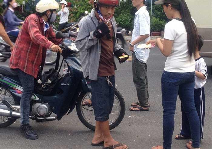 Dọc 200m mặt tiền đường Nguyễn Kim của sân Thống Nhất, luôn có khoảng 30 phe vé thay phiên nhau hoạt động liên tục.