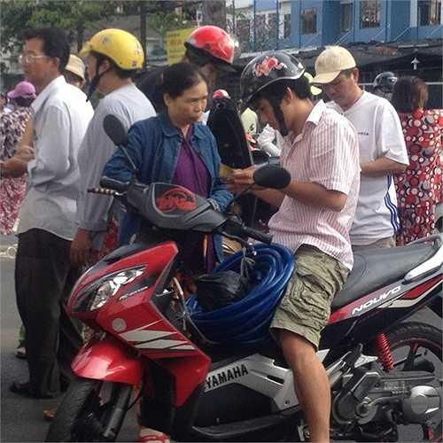 Một phe vé đang mồi chài cổ động viên.