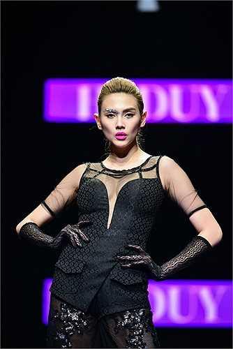 Sau hàng loạt scandal ồn ào, Võ Hoàng Yến diện váy áo xuyên thấu hở bạo biểu diễn tại Tuần lễ thời trang Việt Nam thu đông 2015.