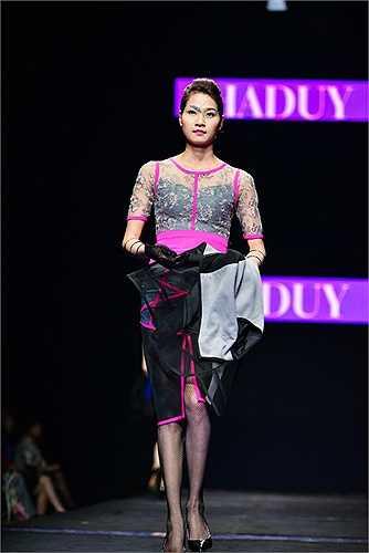 Hà Duy cũng mang những mẫu thiết kế váy áo xuyên thấu táo bạo đầy gợi cảm trở lại sàn diễn.