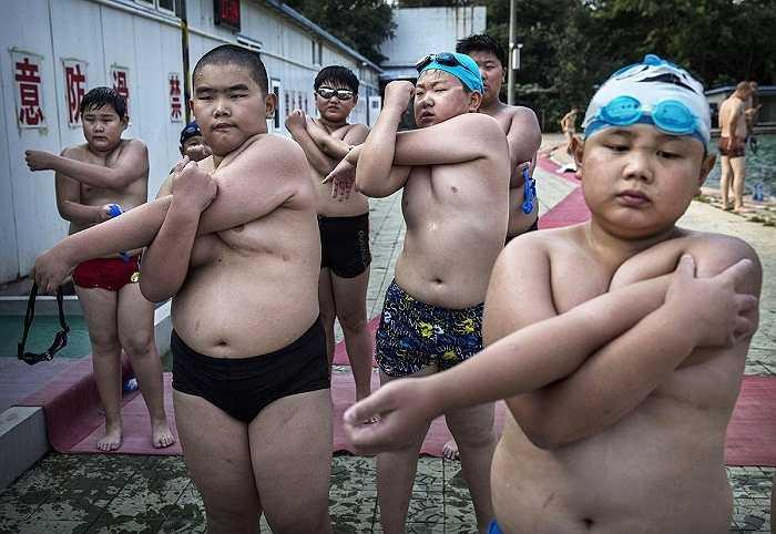 Những trẻ thừa cân được gia đình đưa đến trại huấn luyện giảm béo tại một trường đại học ở Bắc Kinh, Trung Quốc.