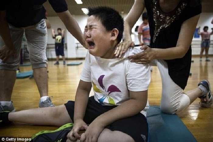Một cậu bé khóc nức nở tại trại hè khi bị bắt tập luyện.