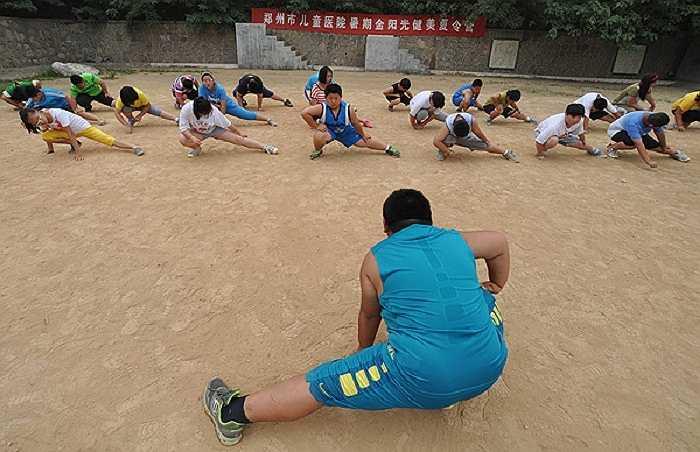 Các học viên tập luyện dưới sự hướng dẫn của HLV nghiêm khắc.