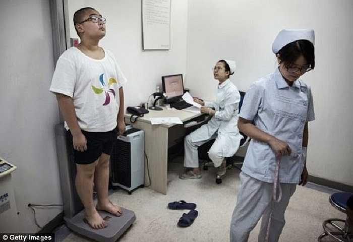 Y tá chuyên nghiệp của cơ sở kiểm tra cân nặng, sức khỏe của những đứa trẻ tham gia trại huấn luyện.