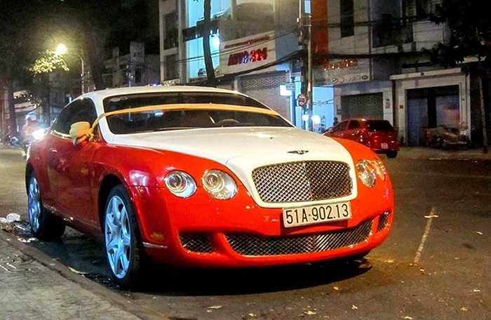 Siêu xe Bentley Continental GT xuất hiện nhiều tại Việt Nam, tuy nhiên tông màu phổ biến thường là màu trầm như đen, xám, xanh... Chiếc Continental GT trong bài viết này lại được khoác trên mình hai màu sắc nổi bật là trắng và đỏ.