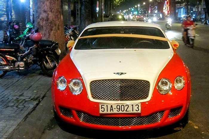 Màu sắc trên chiếc xe này giống hệt chiếc Bugatti Veyron độc nhất Việt Nam của đại gia Minh 'nhựa', vì vậy, nhiều người thường nhầm là Veyron mỗi khi nhìn thấy chiếc xe này ở khoảng cách xa.