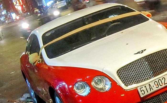 Xe thường xuyên đỗ ven đường vào ban đêm nên chủ nhân đã sử dụng vải bọc để bảo vệ gương trước nạn trộm gương xe hơi đang hoành hành.