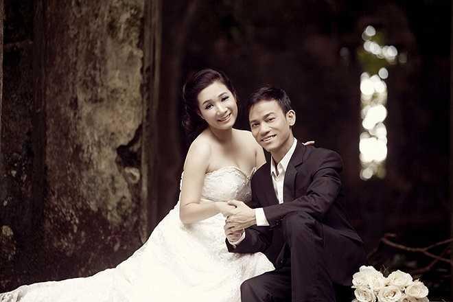 Bộ ảnh cưới của Thanh Thanh Hiền và Chế Phong được thực hiện tại vườn quốc gia Ba Vì vào cuối năm 2014. Cô dâu chọn váy trắng gợi cảm còn chú rể lịch lãm với vest màu đen.