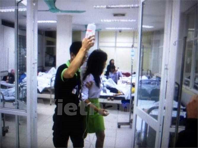 Một nhân viên được tiếp nước trong quá trình cấp cứu.