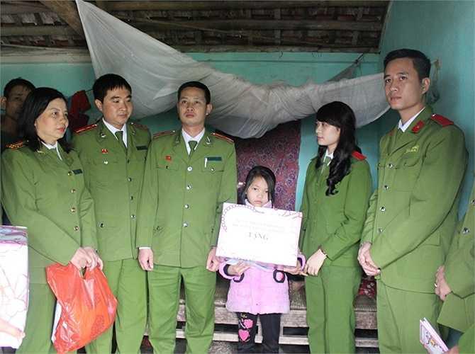 Ngày 14/3, Đoàn Thanh niên Học viện Cảnh sát nhân dân đã đi thăm và tặng quà gia đình em Ngô Thị Thủy - một học sinh nghèo vượt khó tại Ninh Bình.