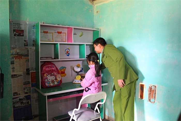 Thầy Lê Văn Thư (Bí thư Đoàn kiêm Phó Chánh văn phòng Học viện Cảnh sát)cùng em Thủy sắp xếp lại sách vở trên bàn học mới.