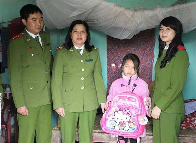 Học viên biết đến hoàn cảnh của em Ngô Thị Thủy qua chương trình Tết ấm tình thương ở Kim Sơn - Ninh Bình năm 2015.