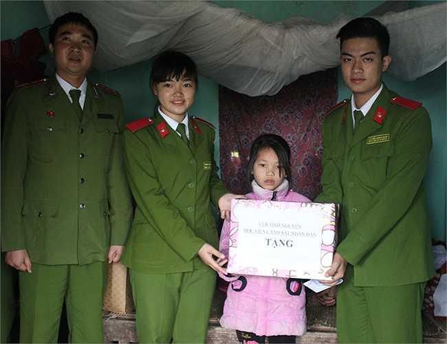 Em Ngô Thị Thủy là một học sinh nghèo, sinh ra trong gia đình mẹ bị câm điếc, không biết bố là ai.