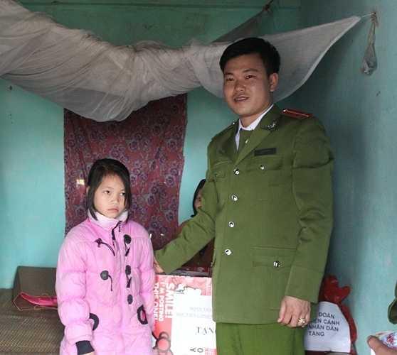 Anh Thuận (Phó bí thư Đoàn HV Cảnh sát nhân dân) cũng động viên Thủy luôn hoàn thành tốt công việc học tập.
