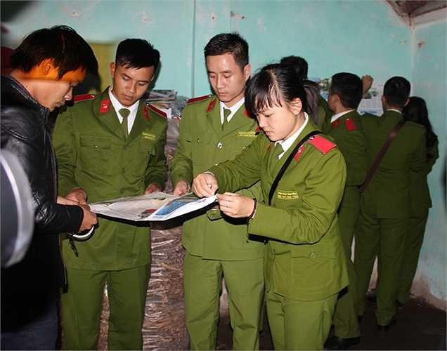 Các học viên cảnh sát tận tình trang trí góc học tập cho Thủy.