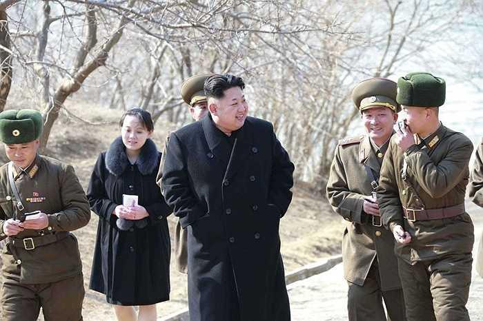 Ông đến thăm công ty cùng với em gái mình, Kim Yo Jong