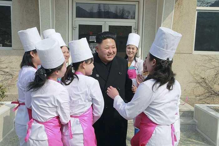 Chủ tịch Kim Jong-un tươi cười với các nhân viên của đơn vị Phòng không không quân 1016