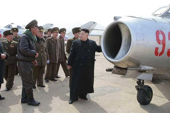 Kiểm tra máy bay và nói chuyện với phi công