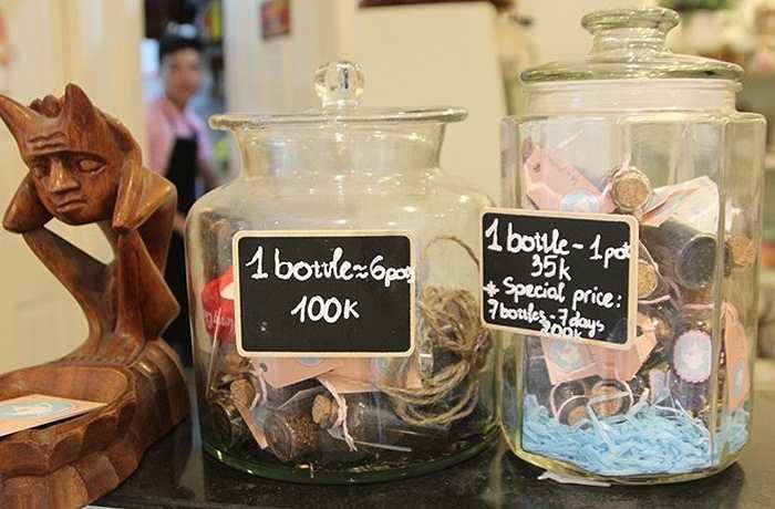 Trà hoa được bán lẻ 35.000 đồng mỗi chai nhỏ cho một lần pha chế, 100.000 đồng một chai lớn 6 lần pha.