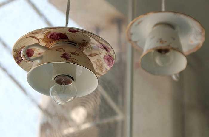 Những chiếc tách cũ cũng được sử dụng để tạo thành đèn trần độc đáo.