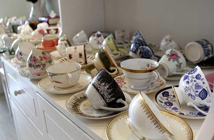 Chị Tiên, chủ quán trà cho biết, chị đã mất nhiều năm để sưu tầm bộ tách sứ khoảng 300 chiếc với những chiếc không còn sản xuất, có giá trị khá lớn. Mục đích sử dụng khoảng 100 chiếc tách đắt tiền để phục vụ trà cho khách hàng, theo lý giải của chủ quán, là để tạo cảm giác mới mẻ, không nhàm chán.