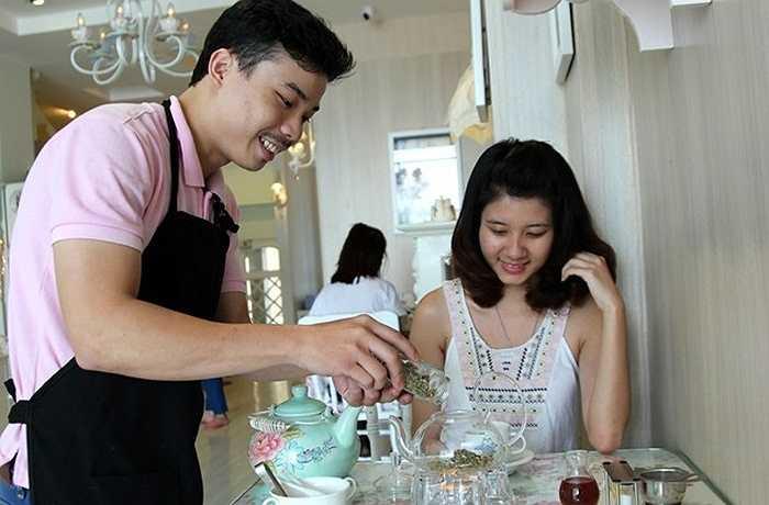 Nhân viên ở đây luôn vui vẻ giới thiệu cho khách những loại trà mới cũng như hướng dẫn khách pha chế.