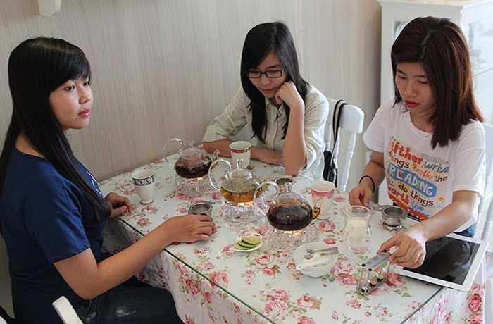 Dương Nhi, một khách hàng cho biết, lần đầu tiên đến quán, cô đã bị thu hút bởi những chiếc tách. 'Vì tách chén khá đắt tiền nên khi uống trà có phần hồi hộp vì sợ làm trầy xước hay vỡ', Nhi chia sẻ.