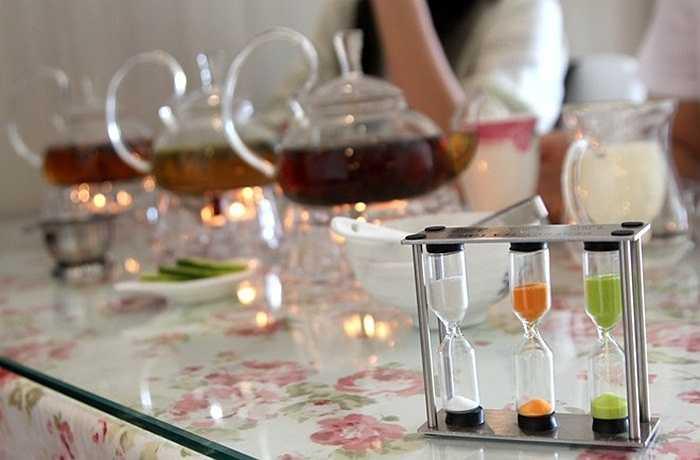 Ngoài tách chén quý, sang trọng, trên bàn trà còn có những chiếc đồng hồ cát để canh thời gian đun nước.