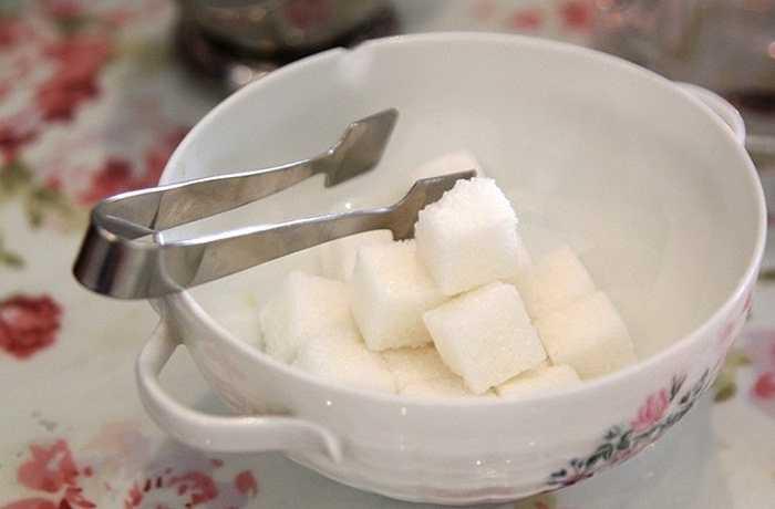 Dụng cụ khác như khay đường, bình đựng sữa... cũng là những loại 'không đụng hàng'.