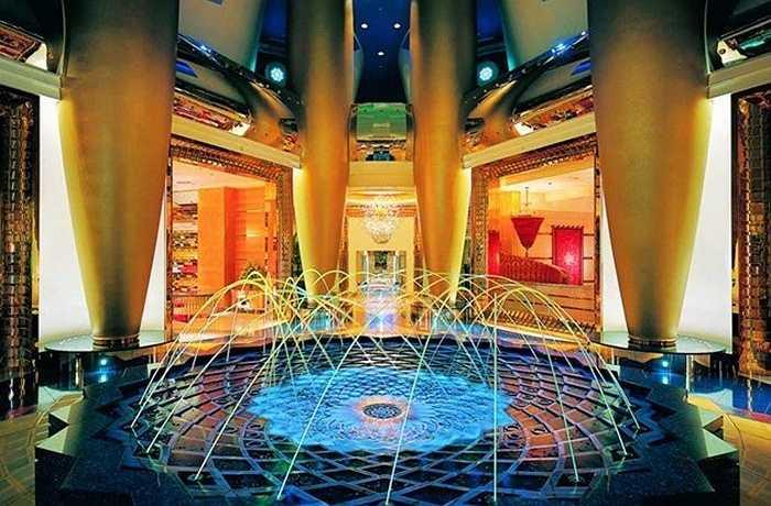 Một trong những điều làm nên danh tiếng của khách sạn 7 sao Burj Al Arab chính là thiết kế có hình cánh buồm của con thuyền truyền thống Ả Rập đang no gió hướng thẳng ra biển. Phần ngoài của khách sạn được bao bọc bởi sợi thủy tinh, đây là vật liệu tốt nhất để chống chọi lại thời tiết khắc nghiệt với nắng, gió, bão cát ở vùng sa mạc, vốn đặc trung cho khí hậu ở Dubai.