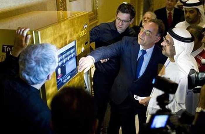 Rất khác lạ và nổi bật, tại khách sạn có trang bị máy bán vàng tự động mang tên Gold To Go. Cả chiếc máy ATM độc đáo này cũng được dát vàng. Khách sạn Emirates Palace còn nổi tiếng với hai nhà hàng Mezlai và Le Vendome chuyên phục vụ các món tráng miệng rắc lá vàng. Mỗi chiếc bánh chocolate rắc vàng có giá khoảng 80 USD.