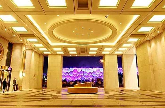 Sự xa hoa của khách sạn 7 sao này thể hiện trong từng chi tiết nhỏ như những cột đá cẩm thạch quý tại sảnh, các dãy phòng được trang trí cầu kì và tiện nghi theo ý của khách.