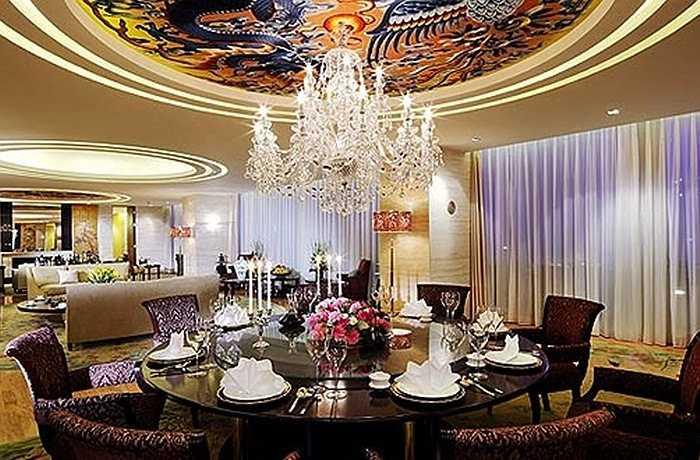Theo website của khách sạn, Pangu Plaza có 270 phòng được 'thiết kế đặc biệt cho các quan chức hàng đầu trên thế giới, các nhà lãnh đạo từ tất cả các lĩnh vực và giàu có nhất trên thế giới'. Giá phòng Tổng thống của khách sạn này lên tới 30.000 USD/đêm (khoảng 638 triệu đồng). Nơi đây đã từng tiếp đón Bill Gates và chắc chắn nó sẽ làm thỏa mãn bất kì khách hàng nào.