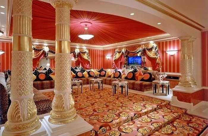 Khách sạn có hơn 202 phòng, trong đó phòng suite có giá 18.716 USD/đêm (tương đương 398 triệu đồng). Dịch vụ trực thăng riêng là một trong những điểm đặc biệt tại đây.