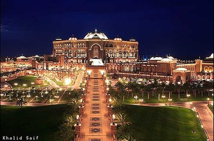 2. Khách sạn 7 sao thứ hai phải kể đến là Emirates Palace, ở Abu Dhabi (thuộc Các tiểu vương quốc Ả rập thống nhất). Với chi phí xây dựng lên tới 3,9 tỷ USD, Emirates Palace tại Abu Dhabi xứng đáng là khách sạn 7 sao đẳng cấp thế giới.