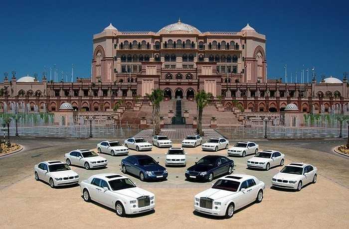 Khách sạn siêu xa xỉ Emirate Palace tọa lạc trên đường West Corniche, được xây dựng bởi hoàng gia Al Nahyan vào năm 2005, có giá phòng dao động từ 470 đến 15.000 USD mỗi đêm. Dù có giá phòng rẻ hơn so với khách sạn 7 sao Burj al Arab tại Dubai nhưng giá thuê siêu xe tại Emirate Palace lại lên tới 500 USD mỗi giờ.