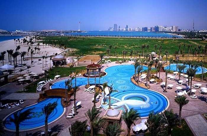 Khách sạn cao 8 tầng, trải dài trên 1 km với tổng diện tích sàn nhà đạt khoảng 850.000 m2. Emirates Palace sở hữu một công viên cây xanh với diện tích lên đến 1.000 ha, có tới 8.000 cây xanh và chúng được trồng lại 2 năm một lần.