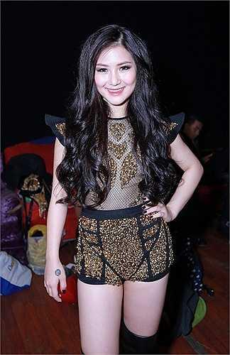 Diện trang phục bắt mắt và gợi cảm mà cô đã từng giới thiệu trong MV, Hương Tràm tự tin thể hiện vũ đạo bên cạnh vũ đoàn.