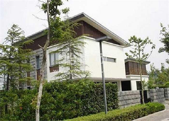 Ngôi biệt thự này tại Thượng Hải được Triệu Vy mua dành tặng cho bố mẹ đẻ. Ngoài ra cô còn có các biệt thự tại Thượng Hải, Hong Kong, Singapore... có giá tới 36 triệu USD.