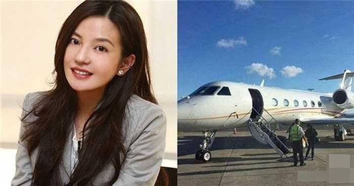 Mới đây, Triệu Vy để lộ việc sở hữu chiếc phi cơ riêng khi cùng chồng con và bạn bè sang Australia du lịch.  (Nguồn: Zing News)