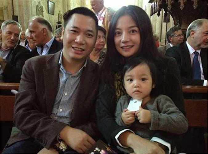 Đầu năm 2015, Triệu Vy và chồng bỏ ra 400 triệu USD để mua cổ phần hãng phim Alibaba Pictures. Họ trở thành cổ đông lớn thứ 2 của hãng phim này.