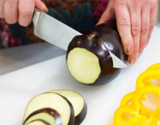 Cà tím giúp giảm cân: cà tím có chứa một lượng lớn chất xơ, người ăn sẽ có cảm giác no nhanh và no lâu, và thường ăn ít hơn, từ đó theo thời gian sẽ đạt được hiệu quả giảm cân.