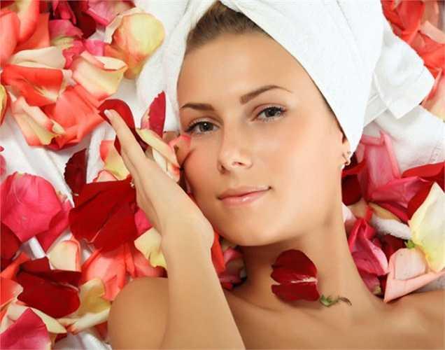 Cà tím cho làn da và mái tóc đẹp hơn: Cà tím có chứa một lượng lớn nước, mà cơ thể chúng ta cấu tạo chủ yếu là nước. Nước có vai trò quan trọng xuyên suốt cơ thể, nhưng nó đặc biệt quan trọng trong việc duy trì làn da và mái tóc khỏe mạnh.