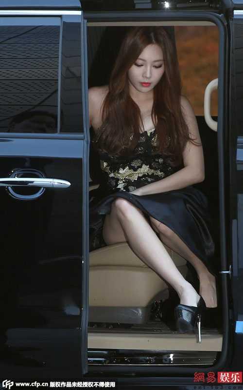 Yura của nhóm nhạc Girl's Day lúng túng từ trên xe