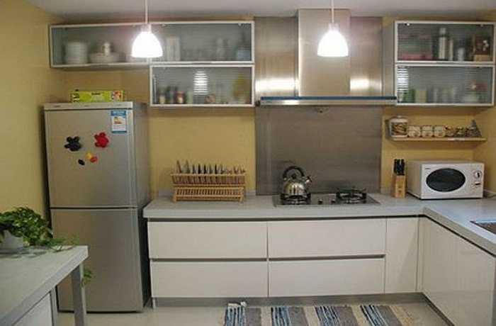 Tủ lạnh thuộc hành Kim, những người ngũ hành hỷ Kim hoặc khuyết Kim trong nhà nên kê một tủ lạnh lớn. Thậm chí có thể kê tủ lạnh trong phòng khách cũng giúp gia chủ ngũ hành hỉ Kim hành vận. Bất kể thành viên nào trong gia đình có ngũ hành hỷ Kim đều có thể kê tủ lạnh vào vị trí sở hữu của mình để tăng tài vận. Nếu là nam chủ nhân hỷ Kim có thể đặt tủ lạnh ở góc Tây Bắc trong phòng bếp hoặc phòng khách. Nếu là nữ chủ n
