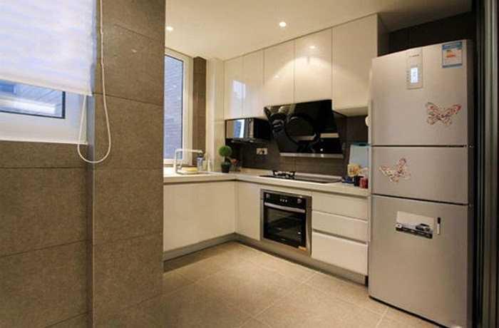 Tủ lạnh đa phần đặt trong phòng bếp, bếp là nơi hỏa vượng, kê tủ lạnh trong phòng bếp để nhằm dùng Kim tiêu hao bớt hỏa tính của căn bếp, sẽ có lợi cho sự cân bằng ngũ hành trong gian bếp.