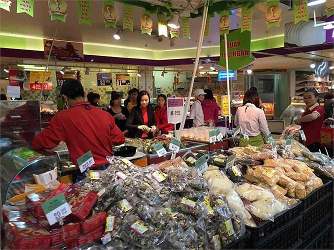 Khu vực bán đồ ăn còn rất đông người mua sắm