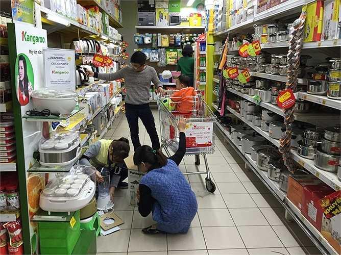 Các nhân viên cũng làm việc khá vât vả để phục vụ nhu cầu của khách mua hàng